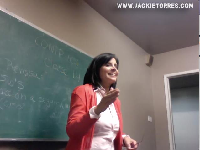 Jackie Torres enseñando clase de escribir